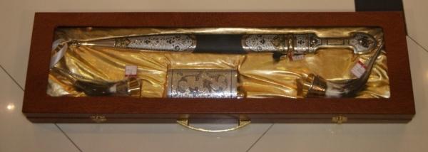 Набор Подарочный: кинжал, серебреная фляжка и 2 рога.